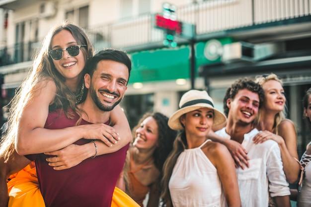 Amici felici in estate