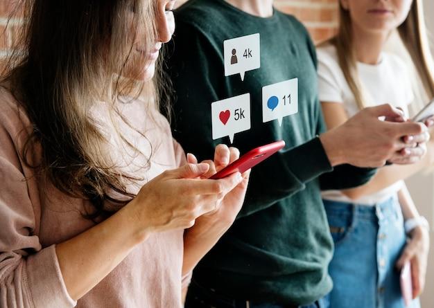 Amici felici utilizzando il concetto di social media smartphone