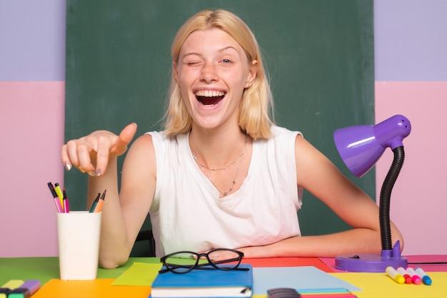 Insegnante divertente felice che fa l'occhiolino. ritratto di insegnante a scuola. concetto di educazione.