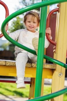 Ragazza felice e divertente del bambino nel parco giochi