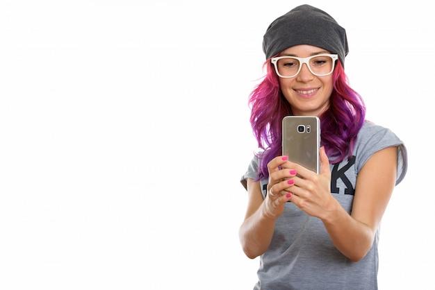 Ragazza felice del geek che sorride mentre prende la foto con il cellulare