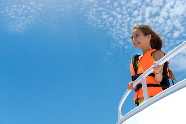 Ragazza felice godendo di un viaggio in mare in yacht