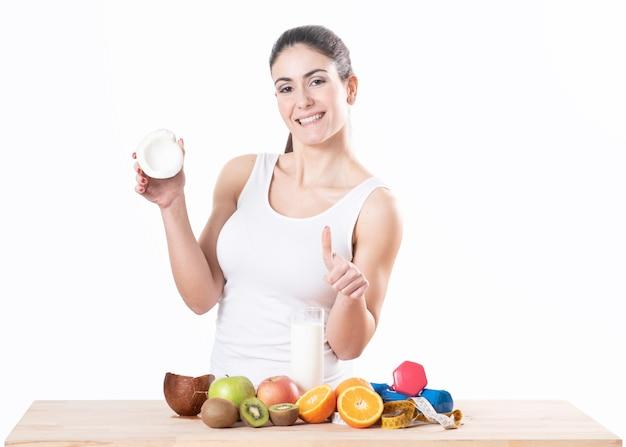 Ragazza felice e cibo vegetariano sano, frui. ritratto di fanciulla con frutta