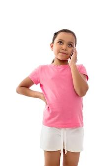 Felice ragazza ascoltando una telefonata isolati su sfondo bianco