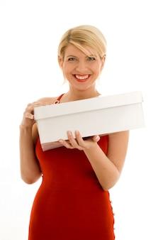 Ragazza felice in abito rosso con scatola vuota