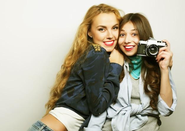 Amiche felici che scattano alcune foto con la fotocamera