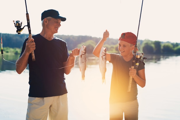 Felice nonno e nipote pesca sul fiume.