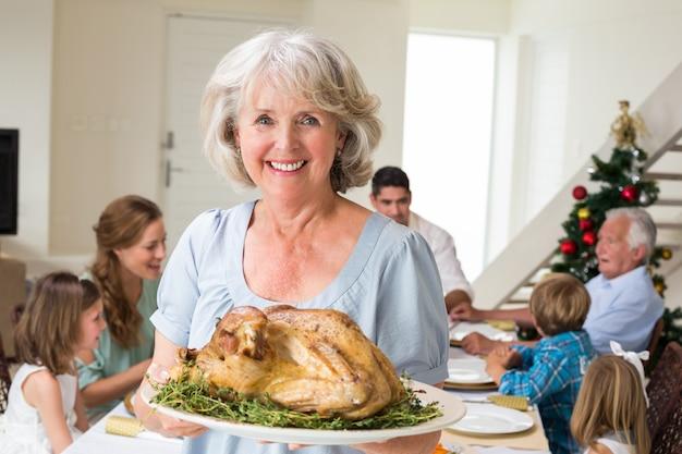 Felice nonna con pasto di natale