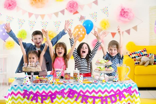 Felice gruppo di bambini che si divertono alla festa di compleanno