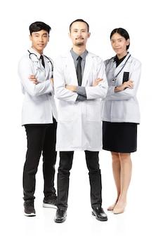 Felice gruppo di medici in piedi