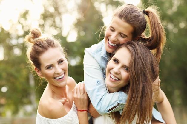 Felice gruppo di donne che si divertono all'aperto