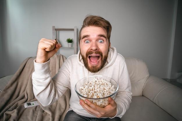 Ragazzo felice che guarda le serie tv online. cinema online e concetto di servizio di streaming video.