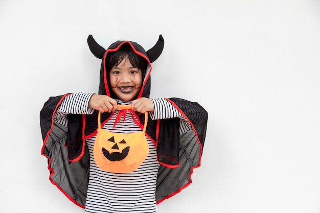 Felice halloween! la simpatica bambina in costume di halloween