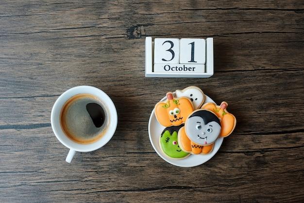 Felice giorno di halloween con biscotti, caffè e calendario del 31 ottobre su sfondo bianco. dolcetto o minaccia, ciao ottobre, autunno autunno, festivo, festa e concetto di vacanza