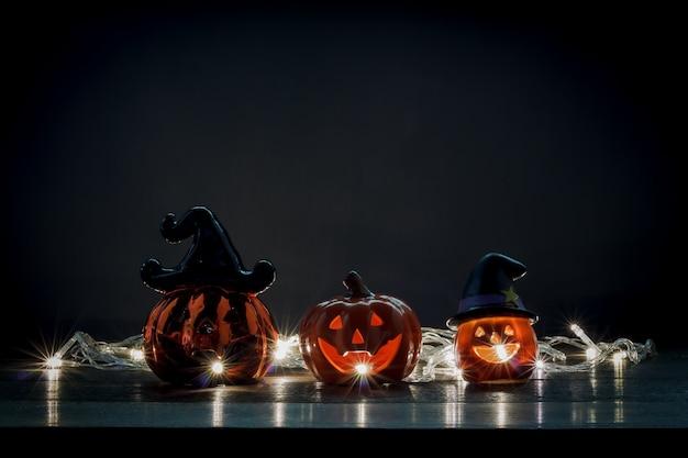 Concetto felice di festival delle decorazioni di halloween. la varietà mista obietta sullo scrittorio di legno rustico moderno del legno a casa accessori essenziali sul tono scuro con illuminazione spazio grigio del fondo e spazio della copia.