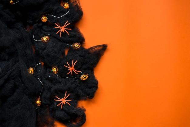 Felice concetto di vacanza di halloween. decorazioni di halloween, pipistrelli, fantasmi su sfondo blu. biglietto di auguri per la festa di halloween. disposizione piatta, vista dall'alto, dall'alto. foto di alta qualità