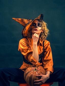 Felice strega di halloween con trucco luminoso jackolantern celebrazione vacanza autunnale halloween halloween...