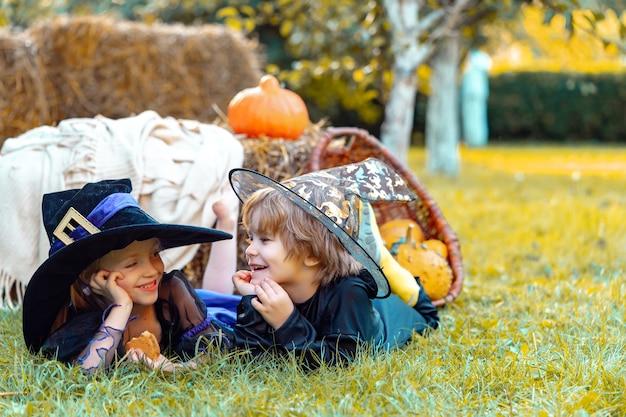 Buon halloween con candeline dolci halloween in campagna bambini felici alla festa di halloween halloween...