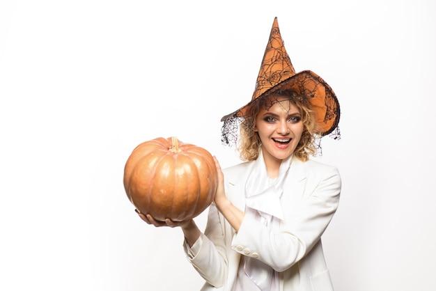 Felice donna di halloween in costume di halloween con zucca strega di halloween con cappello zucca bella