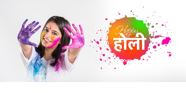 Biglietto di auguri happy holi che mostra una giovane coppia indiana che gioca a colori su sfondo bianco