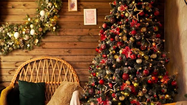 Buone vacanze. un bel soggiorno in legno decorato per natale.
