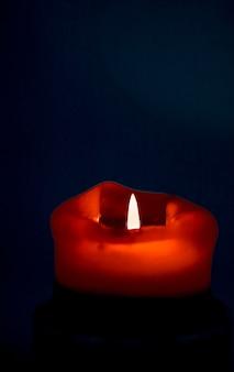 Buone vacanze biglietto di auguri sullo sfondo e concetto di stagione invernale candela rossa per le vacanze su backgrou scuro...