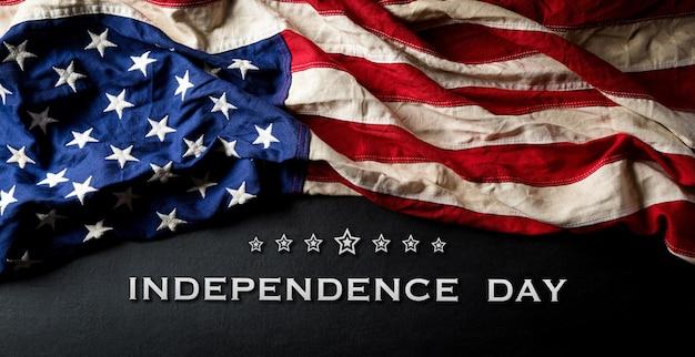 Felice giorno dell'indipendenza 4 luglio bandiera americana su fondo di legno nero con il testo