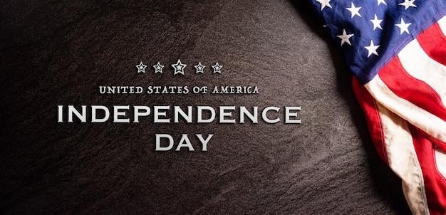 Felice giorno dell'indipendenza 4 luglio bandiera americana su sfondo di pietra scura con il testo