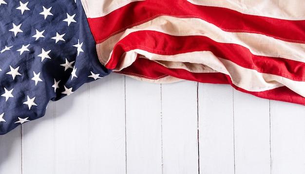 Felice giorno dell'indipendenza 4 luglio bandiera americana su fondo di legno bianco