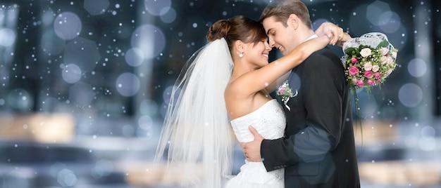 Felice coppia appena sposata su sfondo bokeh