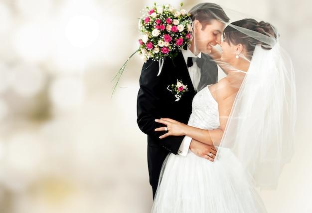 Felice coppia appena sposata con fiori