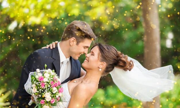 Felice giovane coppia appena sposata