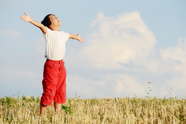 Bambino felice sul bellissimo campo