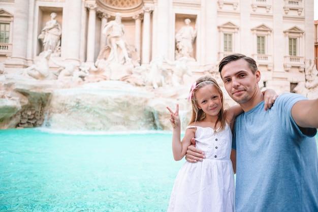 Il bambino e il papà felici godono della loro vacanza europea in italia