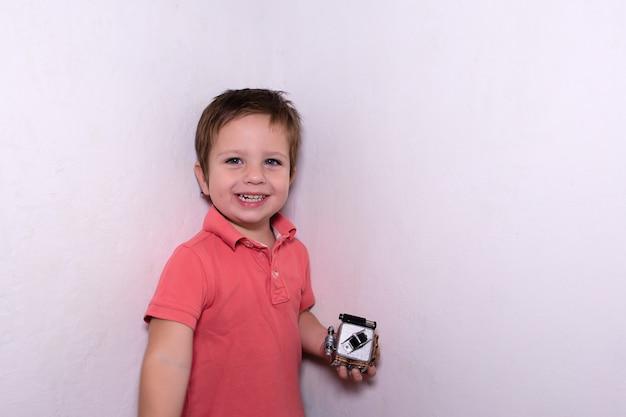 Il ragazzo felice con un cubo in mano