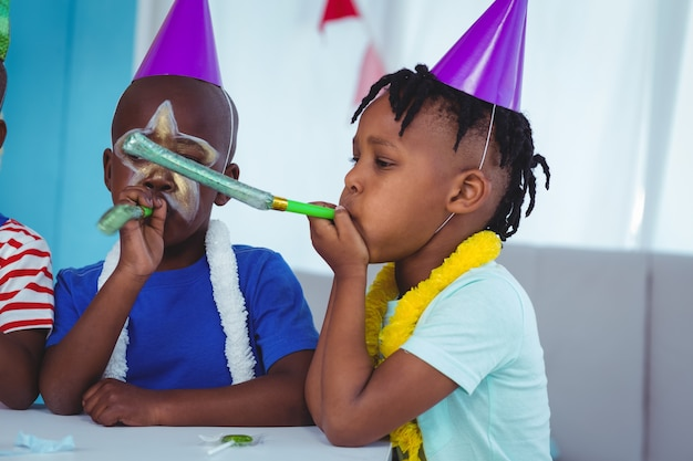 Bambini felici che celebrano un compleanno
