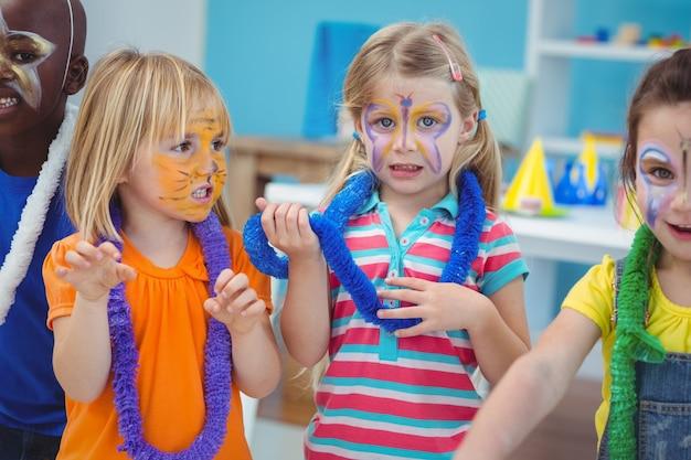 Bambini felici che godono di una festa di compleanno