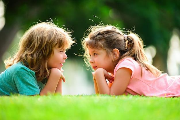 Bambini felici innamorati. relazioni del bambino. coppia di bambini all'aperto.