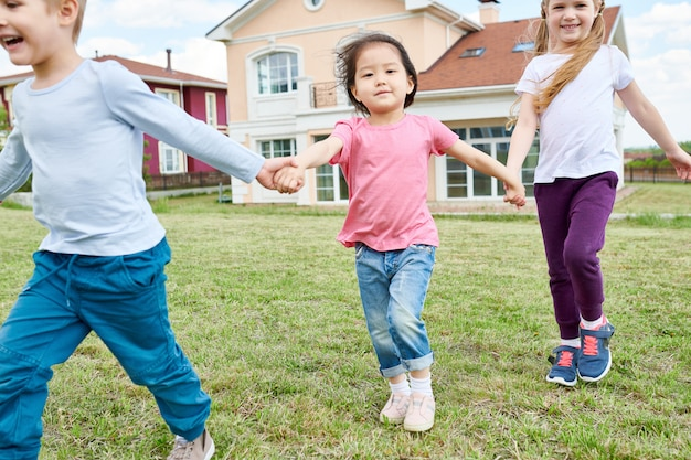 Bambini felici che giocano all'aperto