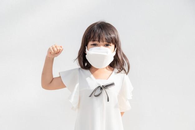 Bambini felici che indossano la maschera per proteggersi dal coronavirus e dall'epidemia di influenza. protezione da virus e malattie.