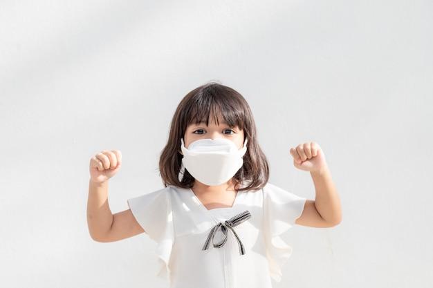 Bambini felici che indossano la maschera per proteggersi dal coronavirus e dall'epidemia di influenza