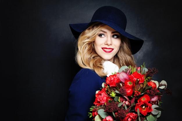 Happy lady modella con fiori sullo sfondo con copia spazio per il testo