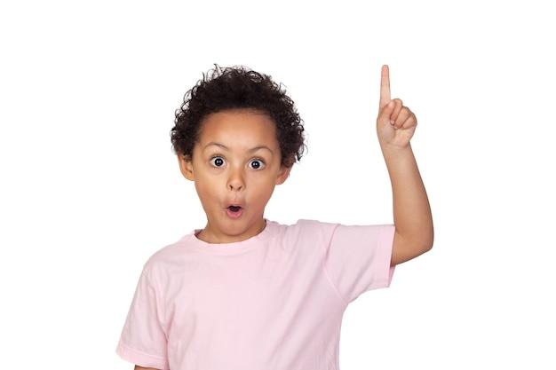 Bambino latino felice che chiede di parlare isolato su fondo bianco