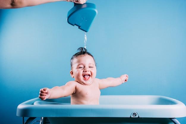 Bambino che ride felice che fa il bagno bambino sorridente in bagno