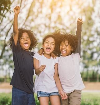 Felici bambini piccoli gioiosamente allegro e ridendo. concetto di felicità ,.
