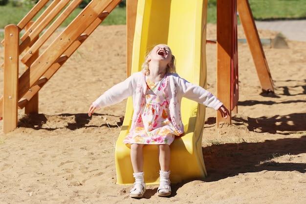 Bambina felice sul parco giochi
