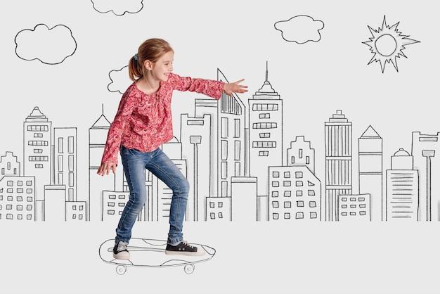Bambina felice che guida lo skateboard sulla città monocromatica