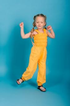 Bambina felice, girato in studio. emozioni di bambini, bionda sorridente.