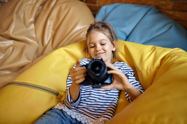 Bambina felice con la macchina fotografica, blogger bambino