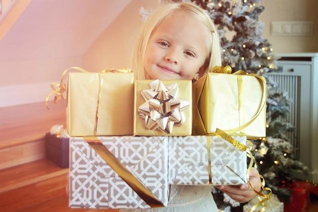 Bambina felice con scatola regalo di natale